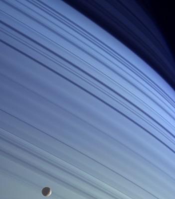 MIMAS e gli anelli di Saturno sullo sfondo