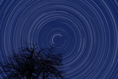 Ecco una foto che illustra bene la rotazione terrestre sul suo asse con la Polare quasi al centro di questi cerchi