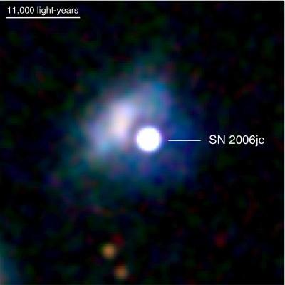 La supernova SN 2006 JC ripresa nellultravioletto - Si noti che l'alone intorno e la galassi UGC che la ospita