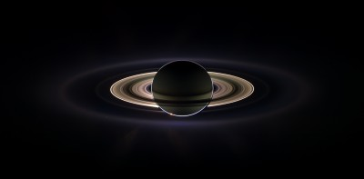 Eclisse di Sole vista dal sistema di Saturno. In questo caso e' il pianeta a oscurare la luce solare