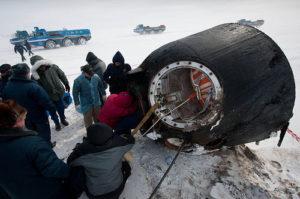 Ecco il momento dell'apertura della capsula dove si trovano i 3 astronauti - Credit: NASA/Bill Ingalls