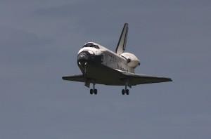 STS 133 Discovery durante lavvicinamento alla pista del KSC - Credits: Stephen Clark/Spaceflight Now