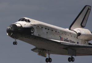 STS 133 Discovery pochi secondi prima del touchdown - credits: Stephen Clark/Spaceflight Now