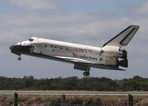 STS 133 Discovery pochissimi istanti al touchdown - Credits: Stephen Clark/Spaceflight Now