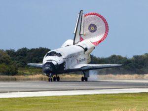 STS 133 Discovery nel momento in cui si apre il paracadute per facilitare l'arresto della navetta - Credits: NASA