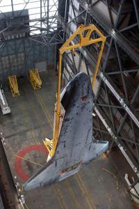 STS 134 navetta Endeavour durante la verticalizzazione nel VAB - Credits: Stephen Clark/Spaceflight Now