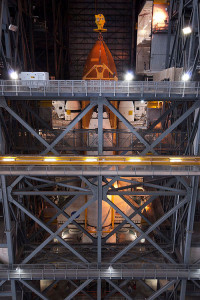 STS 134 Endeavour agganciata all'ET nel VAB - Credits Stephen Clark/Spaceflight Now