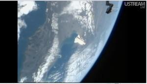 Shuttle Discovery durante il flyaround sopra l'Italia - Credits: NASA tv