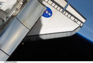 STS 134 LEndeavour, la Terra e la Luna - Credits NASA