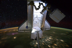 STS 134 - LEndeavour visto dalla ISS, con la Terra che sfreccia sotto la sua cosa e una quadro di stelle sullo sfondo! - Credits NASA