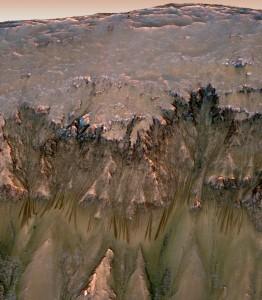 Marte e il bordo del cratere dove si notano i rivoli d'acqua scendere - Credits: NASA/MRO/JPL