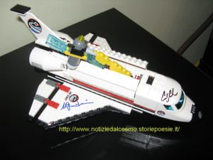 Lo Shuttle di Lego con le firme degli astronauti