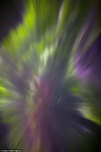Una Draconide sfreccia nei colori dell'aurora boreale