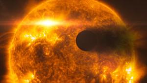 Rappresentazione artistica di HD 189733b mentre passa davanti alla sua stella - Credits: NASA, ESA, L. Calçada