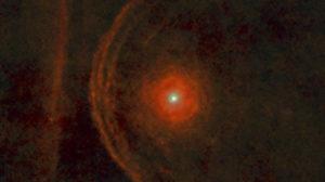 L'immagine di Betelgeuse ripresa da Herschel nell'infrarosso, mostra gli archi di materia - Credits: ESA