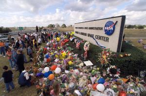 STS 107 - Una commemorazione improvvisata fuori dal Johnson Space Center - Credits: NASA