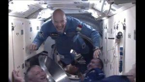 """Luca Parmitano sorride all'entrata nella ISS non solo per la gioia di essere in orbita, ma anche per aver visto Chris Cassidy  """"pettinato"""" come lui....."""