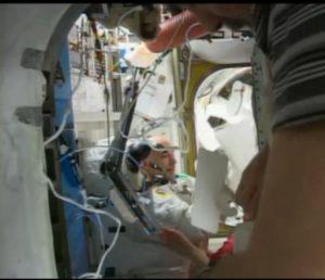 Parmitano e la crew della ISS subito dopo il rientro della seconda EVA