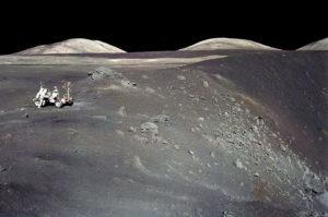 Astronauti dell'Apollo 17 sul limite del cratere Shorty. Si possono notare alcune parti di colore arancione - Credits: NASA