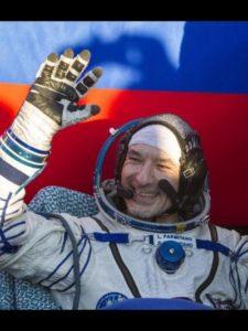 Il momento dopo l'estrazione dalla capsula d'atterraggio. Luca sorridente e felice - Credits: NASA/ESA