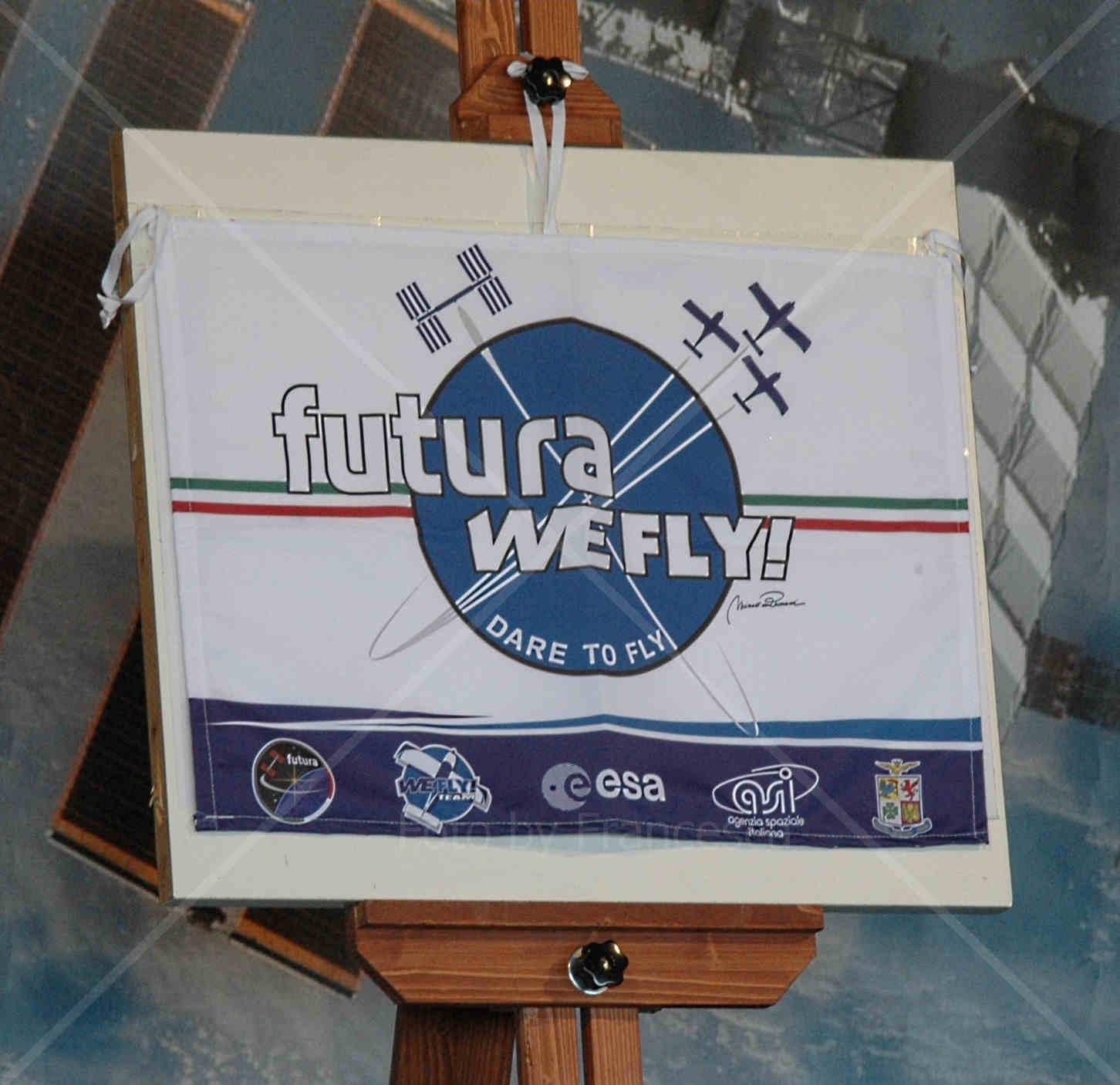 La bandiera FUTURA WEFLY! DARE TO FLY che volerà sulla ISS