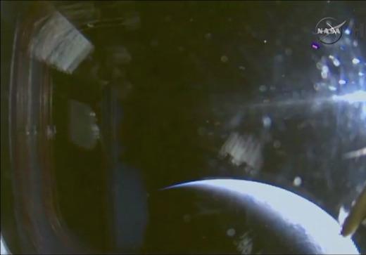 Un'immagine catturata dalla diretta del volo inaugurale di Orion. L'immagine ritrae la Terra da 5800 km di distanza - Credits: NASA