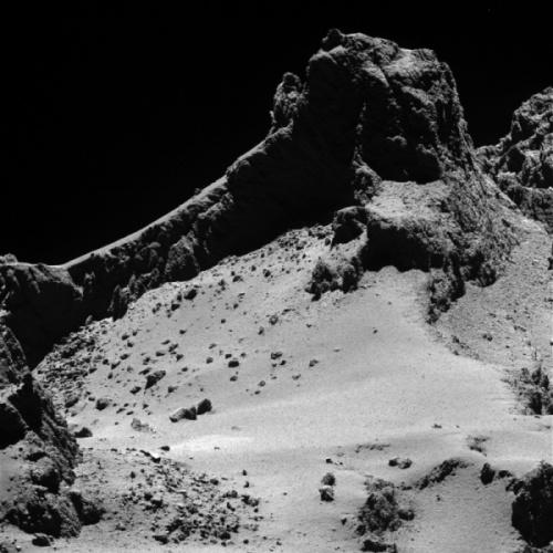 Rosetta immortala un dettaglio della 67P da 8 km di distanza - CreditS: ESA/Rosetta/MPS for OSIRIS Team MPS/UPD/LAM/IAA/SSO/INTA/UPM/DASP/IDA