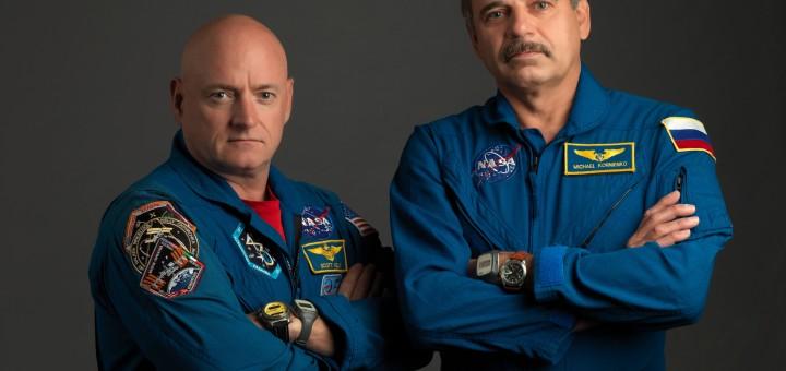 Scott Kelly (a sinistra) e Mikhail Kornienko (a destra) posano per una delle tante foto dedicate alla missione di lunga durata sulla ISS