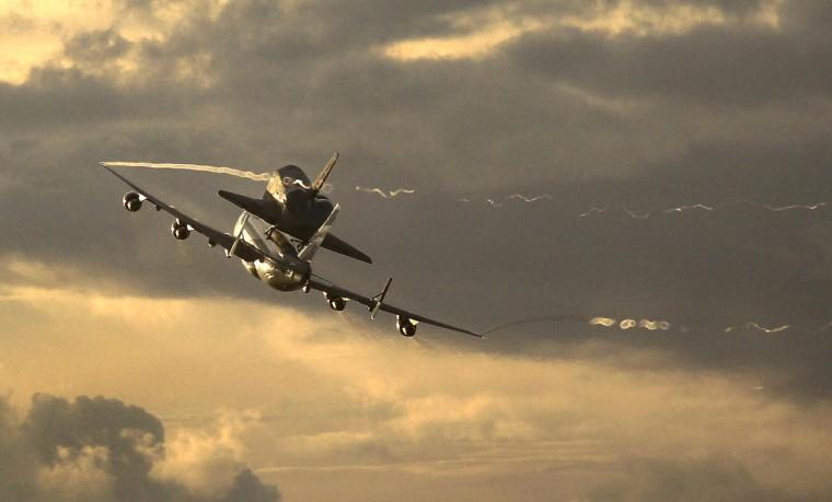 Lo shuttle agganciato al Boeing 747 durante uno dei trasporti - Credits: NASA