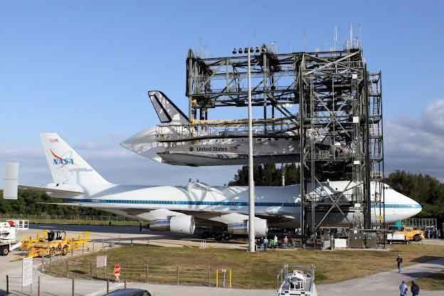 Operazione di carico dello Shuttle sullo SCA - Credits: NASA