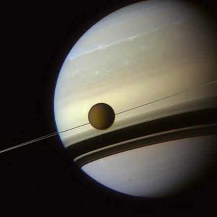 Titano e Saturno visti dalla sonda Cassini a una distanza di 700.000 chilometri - Credits: NASA/JPL-Caltech/Space Science Institute/J. Major