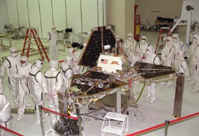 La preparazione della Pathfinder e del piccolo rover Sojourner nei laboratori del JPL.